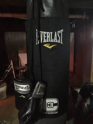 Everlast 100-pound Heavy Bag, Boxing Gloves, Hand wraps, & Chain attachment for Sale in Buffalo, NY