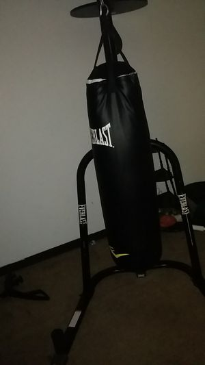 EVERLAST DUAL STATION PUNCHING BAG STAND W/ 100 LB POWERCORE HEAVY BAG AND for Sale in Parkersburg, WV