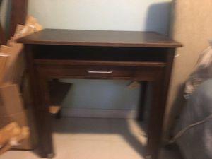 Small desk for Sale in Miami, FL