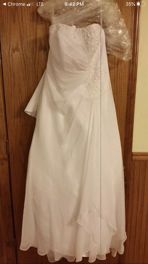 Wedding dress never worn or taken Out of the plastic for Sale in Jefferson City, MO