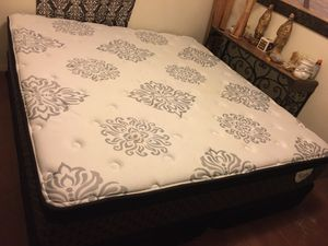 LIKE NEW SIX MONTHS OLD KING SIZE PILLOW TOP MATTRESS AND BOX SPRINGS-SEIS MESES DE USO COMO NUEVO for Sale in Sunland Park, NM