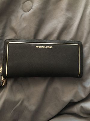 Michael kors large wallet for Sale in Fresno, CA