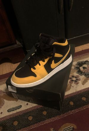 Jordan 1 mid size 7y for Sale in Oxnard, CA