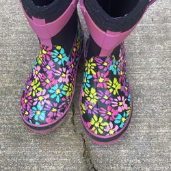 Winter Boots For Kids Size 13.5 Perfect For Snow And Rain Still Lots Of Life On It for Sale in Burlington,  WA