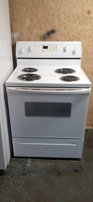 ELECTRIC STOVE WHIRLPOOL 4 BURNER NEW only used display for Sale in Santa Ana, CA