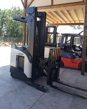 2006 CROWN STAND UP REACH RIDER FORKLIFT FOR SALE for Sale in Long Beach, CA