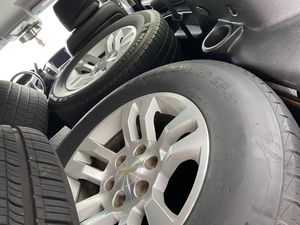 """Chevrolet Tahoe 18"""" 4 set with tires for Sale in Orlando, FL"""