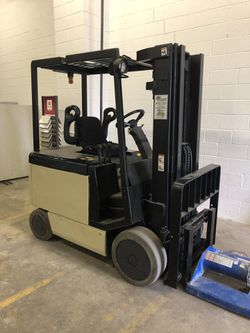 Forklift crown battery operated for Sale in West Springfield,  VA