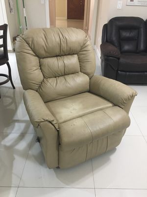 Recliner with protective cover for Sale in Hialeah, FL