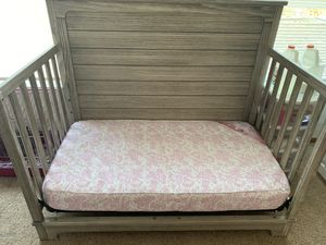 Crib/ Toddler Bed with matching Dresser and changing table for Sale in Columbus, OH