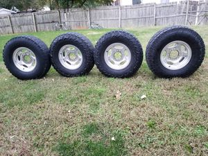 Bendo estos rines 18 son orijinales para f 350 o 250 ford las yantas estan enteras y son para carga estoy pidiendo $800 son negosiables for Sale in Hyattsville, MD