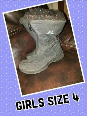 Snow boots size 4 for Sale in Fontana, CA