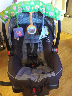 Graco car seat+ canopy and toy for Sale in Spokane, WA