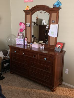 Full Bed and Dresser set for Sale in Beaumont, CA