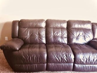 Power Recliner (Bernie And Phyls) Leather Power Recliner for Sale in O'Fallon,  MO