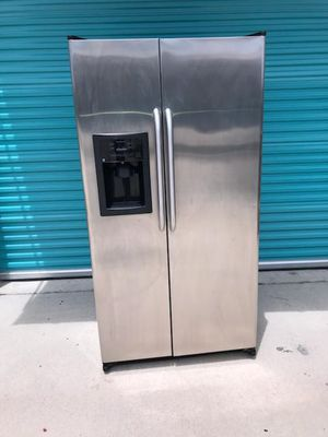GE 23.2 CUBIC FOOT STAINLESS STEEL FRONT REFRIGERATOR/FREEZER W/ ICEMAKER - PREOWNED! for Sale in Houston, TX