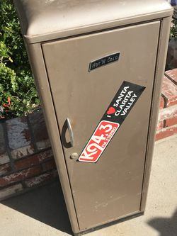 Vintage metal cabinet for Sale in Canyon Country,  CA