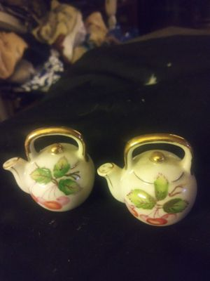 Tea pot salt and pepper shakers, liftin china for Sale in Des Moines, IA