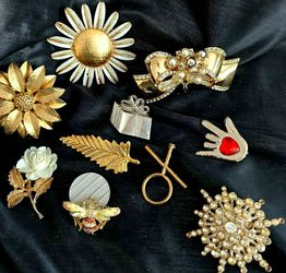 Variety of Vintages Pins & Broaches, all are not perfect & but all do have their pins on the back & are the exact ones pictures, buyer can specify one for Sale in Layton,  UT