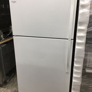 """White Whirlpool Top And Bottom Refrigerator 33"""" Wide for Sale in Placentia, CA"""