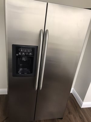 Used Stainless Steel GE side by side Refrigerator - Excellent shape for Sale in Miami, FL