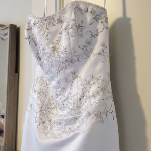 Size 4 Wedding Gown, Never Worn for Sale in Ashburn, VA