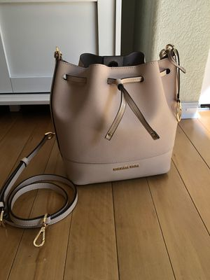 Michael kors bucket bag for Sale in Lafayette, CO