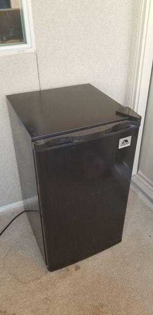 Igloo 3.2 Cubic foot flush back design mini refrigerator, model: FR326M for Sale in Clovis, CA