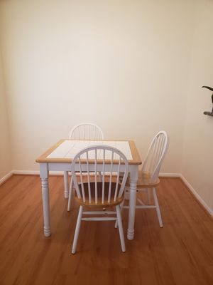 Dinning set with wood finishing and wooden raffia top bar stool for Sale in Santa Clarita, CA