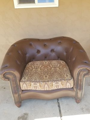 Leather seat / couch / chair. Very clean. Rarely used. Reversible cushion. 25$ OBO. Pick up in spring valley! for Sale in Spring Valley, CA