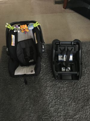 Baby car seat and base for Sale in Moultrie, GA