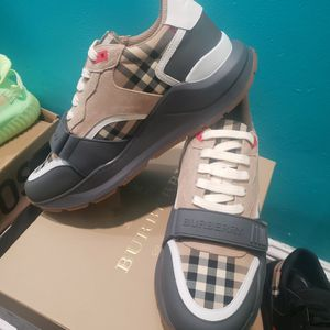 Burberry Size 9 for Sale in Philadelphia, PA