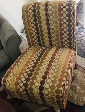 Contemporary accent chair smoke pet free available for pick up in Gaithersburg md20877 for Sale in Gaithersburg, MD