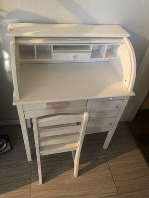 Little girl desk for Sale in Lynwood, CA