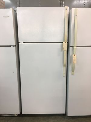Ge white top freezer fridge for Sale in Coconut Creek, FL