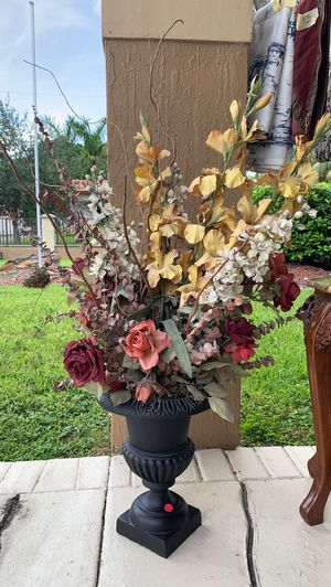 Silk decoration with iron planter for Sale in Doral, FL