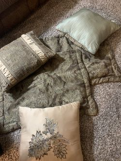 Queen Comforter,Pillow Cases And Throw Pillows for Sale in Gresham,  OR