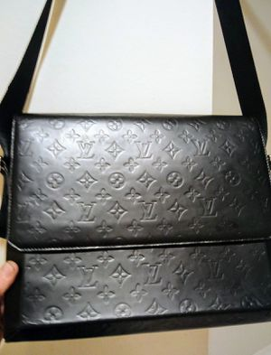 Louis Vuitton Glace fonzie Messanger bag for Sale in Tacoma, WA