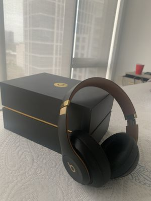 Beats studio 3 noise cancellation headphones for Sale in Chicago, IL