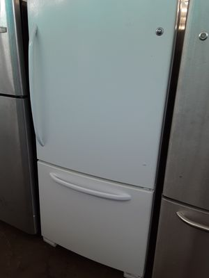 $299 GE white bottom freezer fridge includes delivery in the San Fernando Valley a warranty and insulation for Sale in Los Angeles, CA