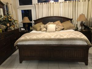 Beautiful! King size bedroom set! for Sale in Orlando, FL