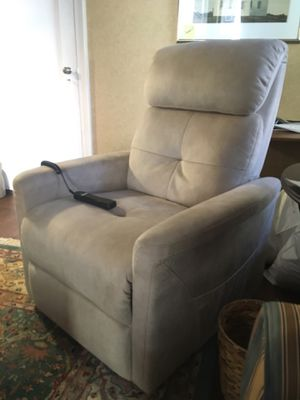 Like-new beige lift chair/recliner for Sale in New York, NY