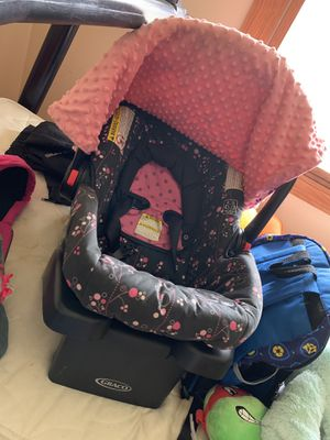 Like new gently used graco baby car seat with base for Sale in Huron Charter Township, MI