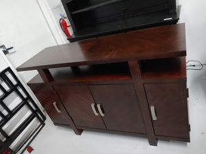 $250 SOLID WOOD CABINET CONSOLE TABLE TV STAND. IN GREAT CONDITION for Sale in Oviedo, FL
