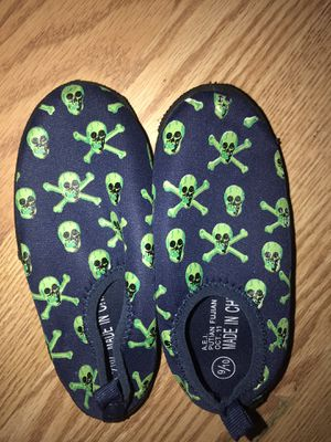 9/10 water shoes free for Sale in Elyria, OH