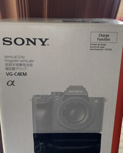 Sony VG-C4EM ( Sony A7R iv Or Sony a9 ii ) for Sale in Rialto,  CA