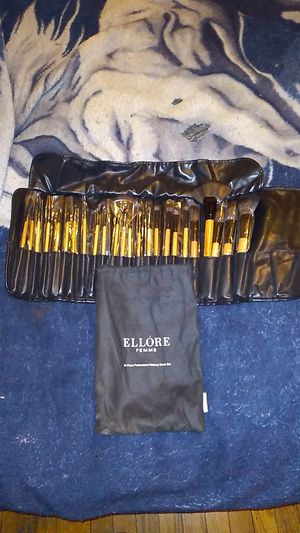 ELLORE FEMME 24 piece professional makeup brush set for Sale in Chicago, IL