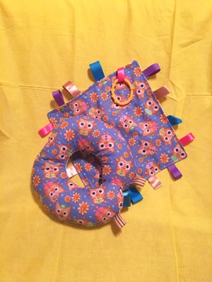 NEW Child Crinkle Taggie Blankie with link & Taggie Neck Pillow for Sale in Adelanto, CA