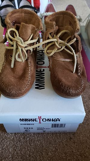 Toddler Girls Minnetonka Boots size 9 for Sale in Red Oak, TX