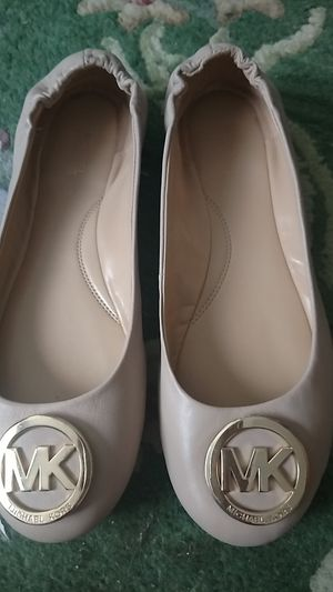 Size 10 Ladies Michael Kors Flats Leather Like New for Sale in MIDDLEBRG HTS, OH
